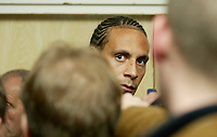 Fotball<br /> Foto: SBI/Digitalsport<br /> NORWAY ONLY<br /> <br /> Pressekonferanse England<br /> <br /> 07.10.2004<br /> <br /> Rio Ferdinand attracts all the attention whilst chatting to the press