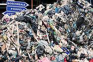 Terzigno, Italia - 24 settembre 2010. Un enorme cumulo di rifiuti scaricato da un camion della spazzatura sequestato da alcuni manifestanti sulla strada che porta alla discarica di Terzigno..Ph. Roberto Salomone Ag. Controluce.ITALY - A huge pile of garbage is seen in Terzigno on September 24, 2010.