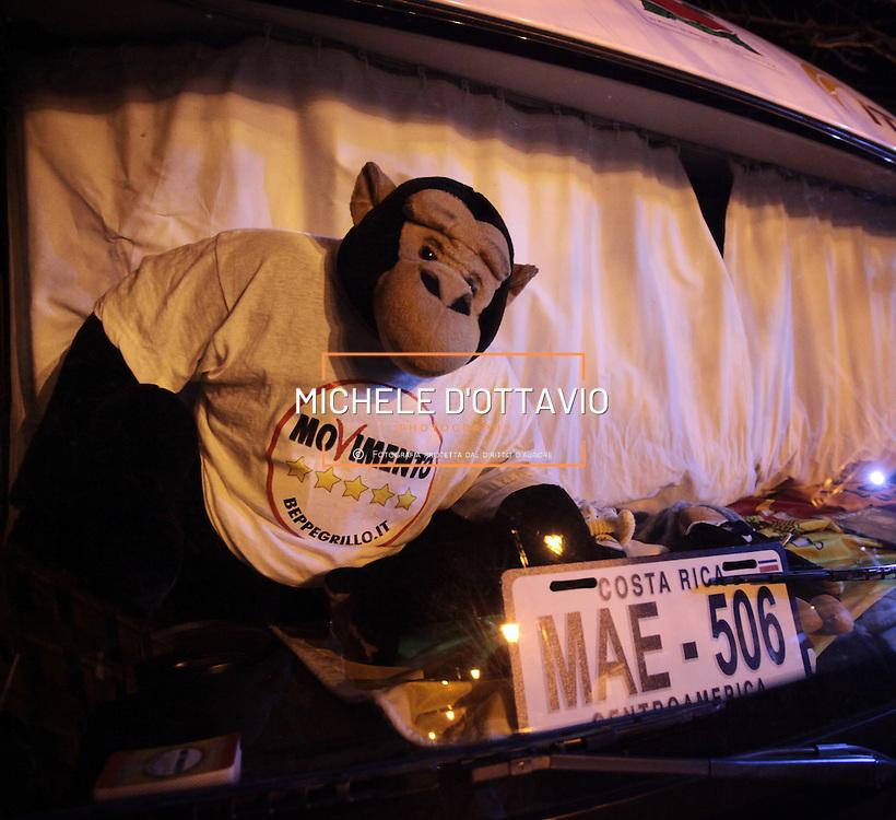 Sul cruscotto del Camper di Beppe Grillo dello Tsunami Tour guidato  da Walter Vezzoli era presente una targa del Costa Rica