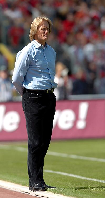 Fussball 2.Bundesliga 2003/2004, Frankenstadion Nuernberg (Germany) 1.FC Nuernberg - Rot-Weiss Oberhausen (1:3) Trainer Joern Andersen (Oberhausen) verfolgt das Spiel mit kritischem Blick vom Spielfeldrand aus