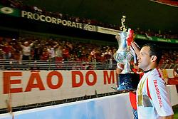 O jogador Iarlei comemora o título de Campeão Gaúcho 2008 com a torcida no Beira Rio. FOTO: Lucas Uebel / Preview.com