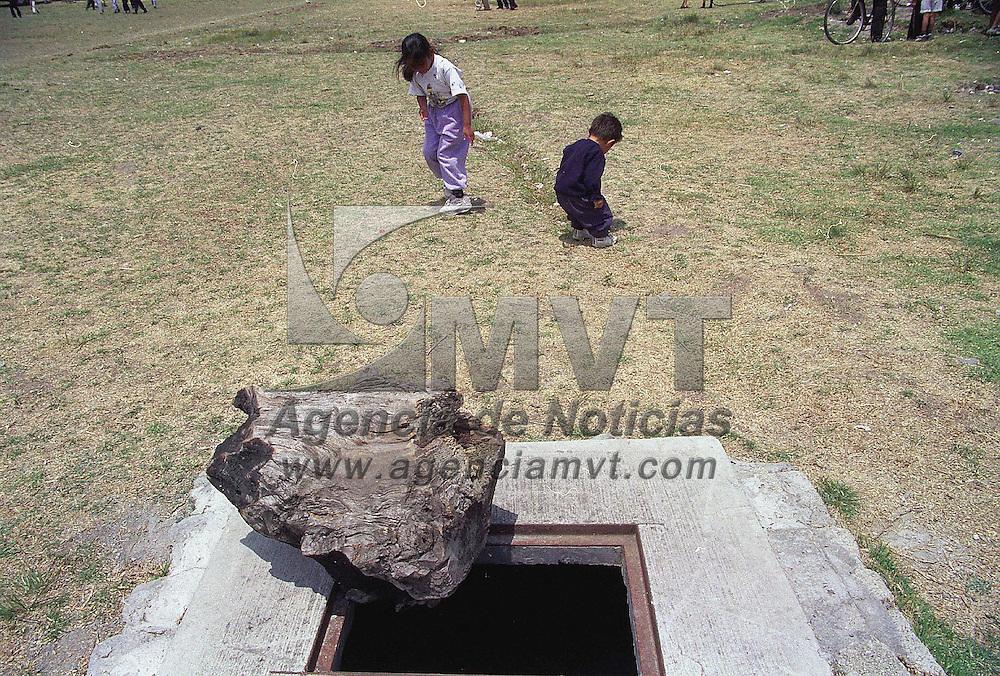 San Mateo Atenco, M&eacute;x.- &quot;Antes dell ni&ntilde;o ahogado&quot;. Vecinos de San Mateo Atenco tapan con un gran tronco el registro abierto del sistema de drenaje ante el peligro de los ni&ntilde;os que juegan a un costado. Agencia MVT / H. Vazquez E. (DIGITAL)<br /> <br /> NO ARCHIVAR - NO ARCHIVE