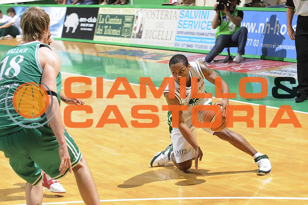 DESCRIZIONE : Siena Lega A 2008-09 Playoff Semifinale Gara 1 Montepaschi Siena Benetton Treviso<br /> GIOCATORE : Terrell Mc Intyre<br /> SQUADRA : Montepaschi Siena<br /> EVENTO : Campionato Lega A 2008-2009<br /> GARA : Montepaschi Siena Benetton Treviso<br /> DATA : 30/05/2009<br /> CATEGORIA : equilibrio curiosita palleggio penetrazione<br /> SPORT : Pallacanestro<br /> AUTORE : Agenzia Ciamillo-Castoria/G.Ciamillo<br /> Galleria : Lega Basket A1 2008-2009<br /> Fotonotizia : Siena Lega A 2008-09 Playoff Semifinale Gara 1 Montepaschi Siena Benetton Treviso<br /> Predefinita :