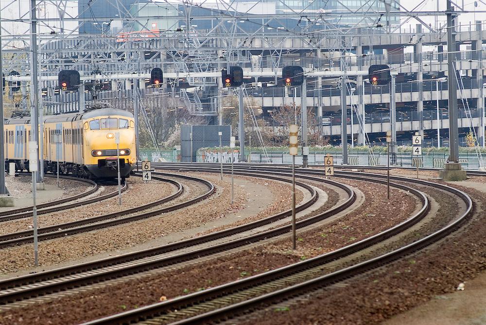 Nederland, Eindhoven, 20061213..Seinportaal boven het spoor bij Eindhoven Stadion. Net in de bocht voor het station Eindhoven CS..Onduidelijk is bij aankomst welk sein voor welk spoor is.    .
