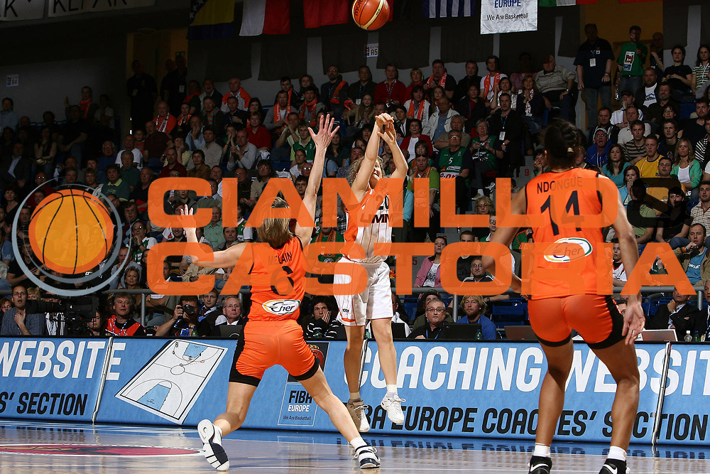 DESCRIZIONE : Brno Euroleague Women Final Four 2008 Final 3-4 Place Bourges Basket UMMC Ekaterinburg<br /> GIOCATORE : Caroline Aubert<br /> SQUADRA : Bourges Basket UMMC Ekaterinburg<br /> EVENTO : Euroleague Women Final Four 2008<br /> GARA : Bourges Basket UMMC Ekaterinburg<br /> DATA : 13/04/2008 <br /> CATEGORIA : tiro ultimo tiro vincente<br /> SPORT : Pallacanestro<br /> AUTORE : Agenzia Ciamillo-Castoria/E.Castoria<br /> Galleria : Fiba Europe 2007-2008<br /> Fotonotizia : Brno Euroleague Women Final Four 2008 Final 3-4 Place Bourges Basket UMMC Ekaterinburg<br /> Predefinita :
