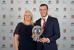 CARDIFF, WALES - Monday, October 5, 2015: Vauxhall's Cheryl Stibbs presents Wales' Gareth Bale wins the Men's Player of the Year Award during the FAW Awards Dinner at Cardiff City Hall. (Pic by David Rawcliffe/Propaganda)