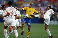 Fotball<br /> Euro 2004<br /> Portugal<br /> 26. juni 2004<br /> Foto: Dppi/Digitalsport<br /> NORWAY ONLY<br /> Kvartfinale<br /> Sverige v Nederland<br /> HENRIK LARSSON (SWE) / ESDGAR DAVIDS / PHILIP COCU (NED)