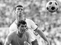 BILDET INNGÅRT IKKE I FASTAVTALENE PÅ NETT<br /> <br /> Fotball<br /> Tyskland<br /> Feature Borussia Dortmund<br /> Foto: imago/Digitalsport<br /> NORWAY ONLY<br /> <br /> 14.05.1966 <br /> Lothar Emmerich (vorn, BVB) gegen Josef Piontek (Bremen)