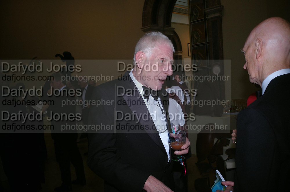 Jonathan M iller and Allen Jones. Royal Academy Annual dinner to celebrate the opening of the Summer exhibition. Royal Academy. Piccadilly. London. 1 June 2005.  ONE TIME USE ONLY - DO NOT ARCHIVE  © Copyright Photograph by Dafydd Jones 66 Stockwell Park Rd. London SW9 0DA Tel 020 7733 0108 www.dafjones.com