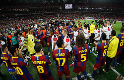 28.05.2011, Wembley Stadium, London, ENG, UEFA CHAMPIONSLEAGUE FINALE 2011, FC Barcelona (ESP) vs Manchester United (ENG), im Bild Barcelonas Spieler sthen Spalier für die geschlagenen Manchester Spieler., EXPA Pictures © 2011, PhotoCredit: EXPA/ InsideFoto/ Paolo Nucci *** ATTENTION *** FOR AUSTRIA AND SLOVENIA USE ONLY!