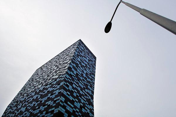 Nederland, Nijmegen, 12-10-2010.Het gebouw Fifty-Two-Degrees, 52 degrees, van NXP. In het gebouw,ontworpen door Francine Houben en Francesco Veenstra van Mecanoo architecten, zijn kennisbedrijven uit de regio gehuisvest die samenwerken met NXP. Het electronica bedrijf maakt halfgeleiders, chips, en software voor mobiele communicatie,consumenten electronica en veiligheids toepassingen. NXP Building in the Netherlands, NXP Semiconductors supplies semiconductors and software for mobile communications, consumer electronics and security applications. Foto: Flip Franssen/Hollandse Hoogte