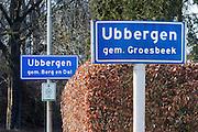 Nederland, Ubbergen, 17-03-2016 Vanwege de gemeentelijke herindeling is de samenvoeging van de gemeenten Millingen aan de Rijn, Ubbergen en Groesbeek een feit en worden de komborden van de dorpskernen vervangen. Sinds 1 januari 2016 heet de nieuwe gemeente Berg en Dal. Het nieuwe bord is juist geplaats, het oude wacht op verwijdering.FOTO: FLIP FRANSSEN/ HH