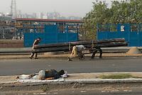 Street scene dans Pahar Ganj main bazar, New Delhi, India. Scene de rue dans le bazar de Pahar Ganj a New Delhi, Inde.