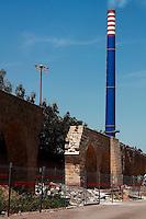Taranto, zona industriale nei pressi dell'Ilva, ciminiera impiantata accanto ad un antico acquedotto greco-romano.