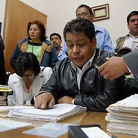Toluca, Mex.- Luis Zamora Calzada, líder del Sindicato Único de Maestros y Académicos del Estado de México (SUMAEM), durante la resolución de la Junta de Conciliación y Arbitraje del Estado de México, en la que por segunda ocasión negó el reconocimiento a dicho sindicato. Agencia MVT / Rummenige Velasco. (DIGITAL)<br /> <br /> <br /> <br /> NO ARCHIVAR - NO ARCHIVE