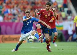 FUSSBALL  EUROPAMEISTERSCHAFT 2012   VORRUNDE Spanien - Italien            10.06.2012 Claudio Marchisio (li, Italien) gegen Xabi Alonso (re, Spanien)
