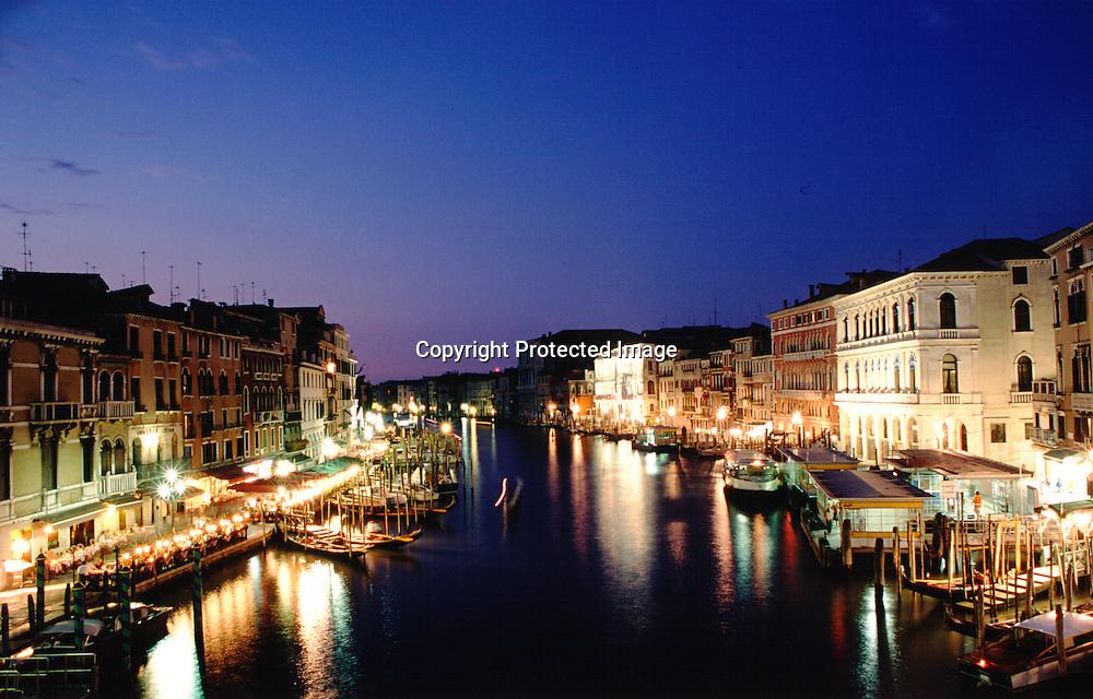 Blick auf den Canale Grande von der Rialtobrücke