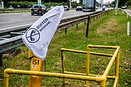 SNELWEG a 16 - Vanaf zaterdag 1 juli zijn de gele praatpalen langs de snelwegen buiten bedrijf. Omdat automobilisten hun mobiele telefoon gebruiken als ze met pech langs de weg stranden, is besloten om de praatpalen uit te zetten en te verwijderen. Het duurt ongeveer drie maanden voordat alle praatpalen zijn weggehaald. ROBIN UTRECHT<br /> 299   299 euro   300   300 euro   achterhaald   afschaffen   Allsecur   ANWB   ANWB-praatpaal   Autopech   beeld   beeldmerk   euro   Geel   Gele   laatste   langs de weg   langs de weg staan   Mobiele telefoon   Nationaal   Nationale   overbodig   panne   PECH   pechgeval   pensioen   praatpaal   snelwegen   Staan   Techniek   Telefoneren   telefoon   tijdsbeeld   verdwijnen   VERDWIJNT   verouderd   verwijderd   verwijderen   Vooruitgang   WEGEN   wegennet   weghalen