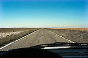 Spanje, Aragon, 11-2-2005een kaarsrechte weg, vele kilometers lang in de schier eindeloze leegte van de vallei van de rivier de Ebro. De regio, streek is arm en leidt aan leegloop. Landschap, vlakte, droogte, klimaat, rust, achtergesteld gebied.Foto: Flip Franssen/Hollandse Hoogte