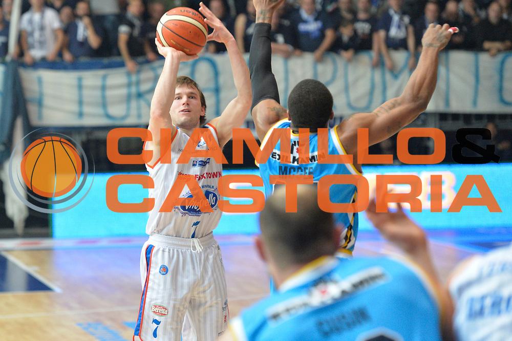 DESCRIZIONE : Cantu' Lega A 2015-16 Acqua Vitasnella Cantu' vs Vanoli Cremona<br /> GIOCATORE : Brad Heslip<br /> CATEGORIA : Tiro ritardo<br /> SQUADRA : Acqua Vitasnella Cantu'<br /> EVENTO : Campionato Lega A 2015-2016<br /> GARA : Acqua Vitasnella Cantu' vs Vanoli Cremona<br /> DATA : 14/12/2015<br /> SPORT : Pallacanestro <br /> AUTORE : Agenzia Ciamillo-Castoria/I.Mancini<br /> Galleria : Lega Basket A 2012-2013  <br /> Fotonotizia : Cantu'  Lega A 2015-16 Acqua Vitasnella Cantu' Vanoli Cremona<br /> Predefinita :