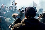Roma 12  Dicembre 2013<br /> Gli studenti dell 'Università La Sapienza hanno protestato davanti al rettorato , in occasione del convegno sulla green economy, cui prendevano parte numerosi ministri del governo Letta. Dopo il lancio di fumogeni e bombe carta la polizia  a caricato i studenti. Un agente di polizia in borghese tenta di fermare il corteo  viene colpito da un uovo<br /> Rome December 12, 2013<br /> Students of the La Sapienza University have protested in front of the rectory, on the occasion of the conference on green economy, which took part in a number of government ministers Letta. After throwing paper bombs and smoke bombs,  the police charged the students.