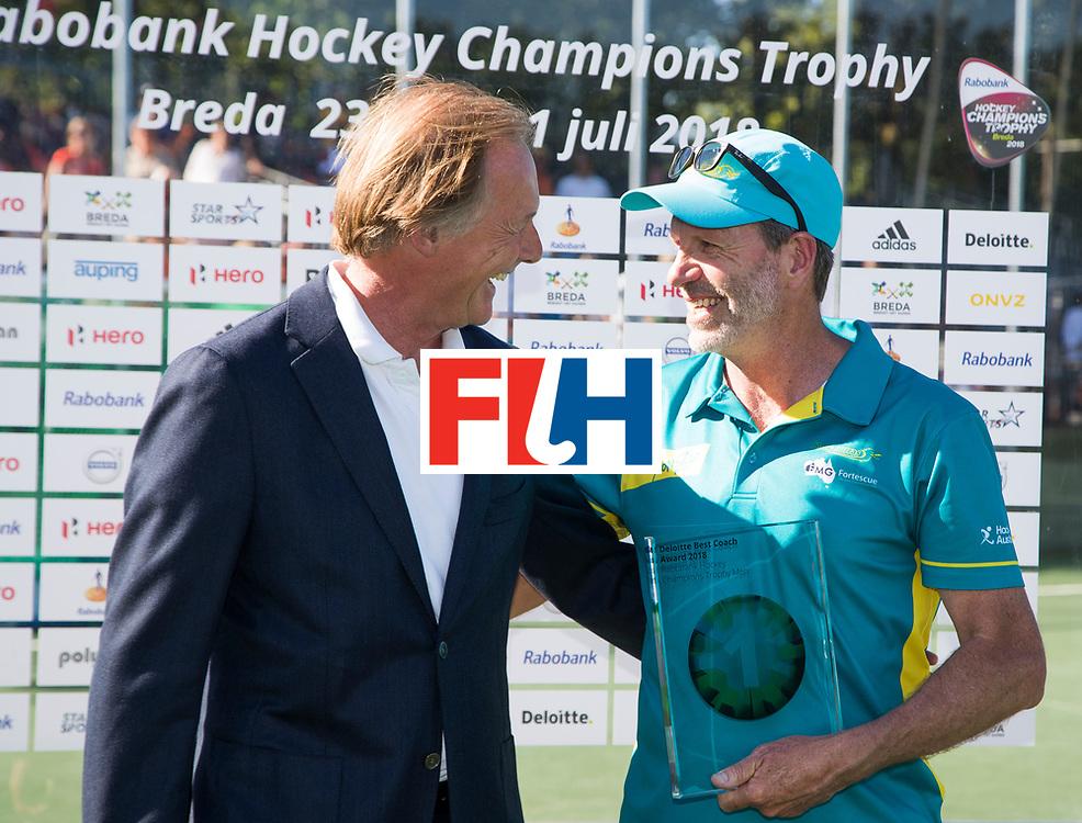 BREDA - Colin Batch (Aus)  krijgt de prijs voor best coach , uit handen van vertegenwoordiger van Rabobank.   Australia-India (1-1), finale Rabobank Champions Trophy 2018. Australia wint shoot outs.  COPYRIGHT  KOEN SUYK
