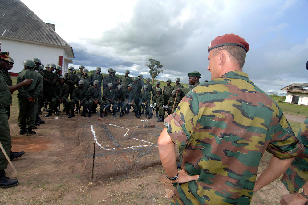 Kamina December 30, 2005 - The Belgian's Military give the militarian lessons at the Congolese army