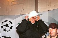 Nils Arne Eggen, trener i Rosenborg, tar på seg lua etter seieren mot Real Madrid i Champions League på Lerkendal. Rosenborg - Real Madrid, Champions League, 27. november 1997. (Foto: Peter Tubaas)