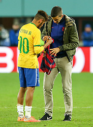 18.11.2014, Ernst Happel Stadion, Wien, AUT, Freundschaftsspiel, Oesterreich vs Brasilien, im Bild Neymar jr (BRA) und Flitzer // during the friendly match between Austria and Brasil at the Ernst Happel Stadion, Vienna, Austria on 2014/11/18. EXPA Pictures © 2014, PhotoCredit: EXPA/ Alexander Forst