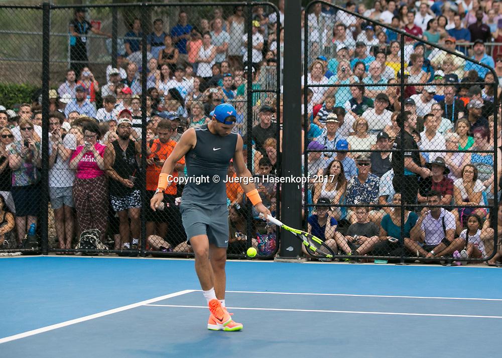 RAFAEL NADAL (ESP), Training,Zuschauer,Fans hinter Drahtzaun ,<br /> <br /> <br /> Tennis - Brisbane International  2017 - ATP -  Pat Rafter Arena - Brisbane - QLD - Australia  - 2 January 2017. <br /> &copy; Juergen Hasenkopf