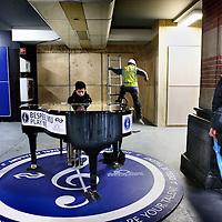 Nederland, 13 januari 2015. ,<br /> Pianomuziek op Nederlandse stations.Openbare vleugel in de grote hal van het Centraal Station in Amsterdam.<br /> Foto:Jean-Pierre Jans