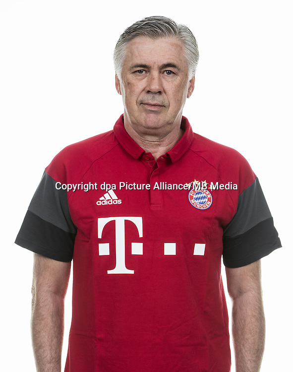HANDOUT - MUNICH, GERMANY - AUGUST 10: Head coach Carlo Ancelotti of FC Bayern Munich pose during the team presentation on August 10, 2016 in Munich, Germany. Photo: Marc Mueller/Bongarts/Getty Images/dpa (Note: Editorial use only - Photo credit should read: Marc Mueller/Bongarts/Getty Images/dpa) | usage worldwide