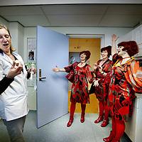 Nederland, Amsterdam , 28 februari 2011..De muzikale act van de Hartelijke Dames tijdens de Dialoogmarkt in Vumc verrastten menig De dames verblijdden op ludieke wijze  met hun zang een aantal personeelsleden van diverse afdelingen in VUmc...Foto:Jean-Pierre Jans