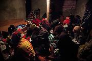 Les rituels du clan maternel du défunt clôturent les premières cérémonie de deuil avant l'enterrement. Toutes les femmes du clan maternel s'assoient proche du lit du défunt. Elles accompagnent les lamentations de la mère pendant un long larmoiement. - Tribu de Tendo - Hienghene - Nouvelle Calédonie - Aout 2013