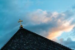 THEMENBILD - ein Kreuz auf dem Dach einer Kapelle gegen den Wolkenverhangenen Abend Himmel fotografiert. Am 1. November, gedenken Katholiken aller Menschen, die in der Kirche als Heilige verehrt werden. Das Fest Allerseelen am darauf folgenden 2. November, ist dem Gedaechtnis aller Verstorbenen gewidmet, aufgenommen am 30.10.2016, Kaprun, Oesterreich // A cross on the roof of a chapel photographed against the cloudy evening sky, on All Saints' Day 1st November, Catholics remember all people who are venerated as saints in the church. The festival Souls on the following second November is dedicated to the memory of all deceased, taken at the cemetery in Kaprun, Austria on 2016/10/30. EXPA Pictures © 2016, PhotoCredit: EXPA/ JFK