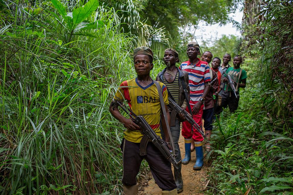 Nyambembe, Congo<br /> <br /> En av rebell gruppen RM, Raia Mutomboki, f&auml;sten &auml;r i byn Nyambembe.<br /> M&aring;nga av soldaterna ser ut som minder&aring;riga men p&aring; fr&aring;gan om hur gamla de &auml;r svarar de att konsekvent att de &auml;r &ouml;ver 18.<br /> H&auml;r &auml;r de p&aring; v&auml;g till et m&ouml;te med en annan RM r&ouml;relse i grannbyn.<br /> Musigwa-Mo&iuml;se i gul tr&ouml;ja ser ut som 15 men s&auml;ger sj&auml;lv att han &auml;r 30 &aring;r.<br /> <br /> Photo: Niclas Hammarstr&ouml;m