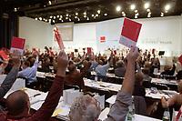 21 OCT 2003, BERLIN/GERMANY:<br /> Abstimmung mit Stimmkarte, 1. ver.di Bundeskongress, ICC<br /> IMAGE: 20031021-01-053<br /> KEYWORDS: Vereinigte Dienstleistungegewerkschaft, Kongress, Gewerkschaftstag, congress<br /> verdi