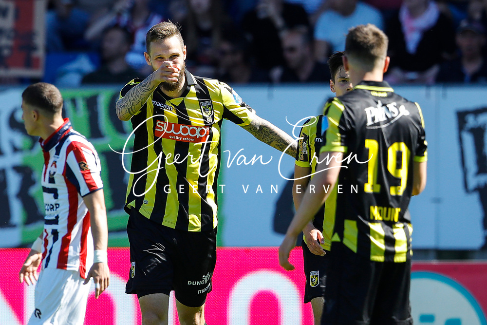 *Tim Matavz* of Vitesse celebrates 2-2