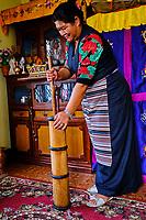 Nepal, Vallee de Kathmandu, femme sherpa préparant le thé tibetain dans une baratte // Nepal, Kathmandu valley, sherpa woman making traditional tibetan tea