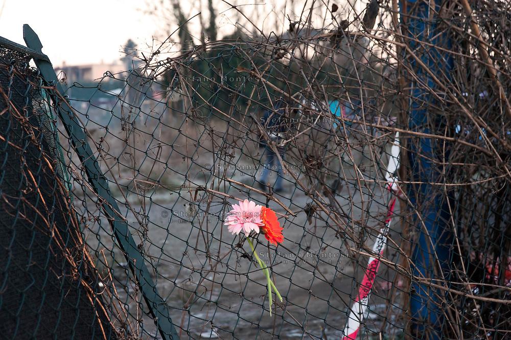Roma 7  Febbraio 2011.Fiori all'ingresso del campo nomadi di via Appia Nuova a Roma, dove un incendio ha bruciato una baracca ed ucciso quattro bambini