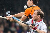 AMSTERDAM - Amsterdam - Oranje Zwart , Wagener Stadion , Hockey , Play-off hoofdklasse hockey heren , 03-05-2015 , Oranje Zwart speler (l) in een luchtduel met Amsterdam speler Teun Rohof (r)