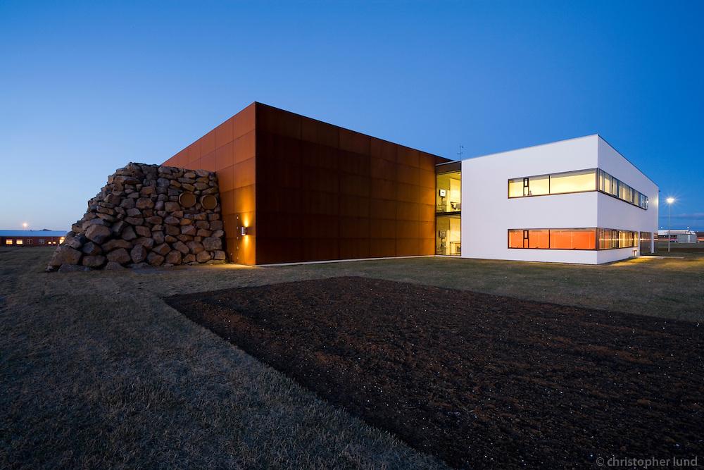 The Sports Academy in Reykjanesbær, Iceland. Íþróttaakademían í Reykjanesbæ, utanhúss.