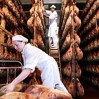 Italie,Parma ,Salumificio S. Ilario,27 december 2006..Hamfabriek Langhirano, waar de hammen gewassen en gesorteerd worden...Foto:Jean-Pierre Jans