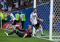 FUSSBALL WM 2018  Vorrunde  Gruppe F   ----- Deutschland - Schweden       23.06.2018 Marco Reus (re, Deutschland) bejubelt seinen Treffer zum 1:1. Torwart Robin Olsen (li, Schweden) ist enttaeuscht