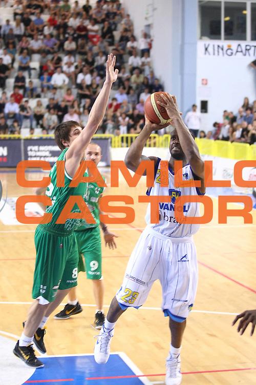 DESCRIZIONE : Cremona Lega A 2010-2011 Vanoli Braga Cremona Air Avellino<br />GIOCATORE : Je Kel Foster<br />SQUADRA : Vanoli Braga Cremona<br />EVENTO : Campionato Lega A 2010-2011<br />GARA : Vanoli Braga Cremona Air Avellino<br />DATA : 10/04/2011<br />CATEGORIA : Tiro<br />SPORT : Pallacanestro<br />AUTORE : Agenzia Ciamillo-Castoria/F.Zovadelli<br />GALLERIA : Lega Basket A 2010-2011<br />FOTONOTIZIA : Cremona Campionato Italiano Lega A 2010-11 Vanoli Braga Cremona Air Avellino<br />PREDEFINITA :