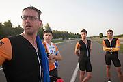 WIl Baselmans (links) praat over zijn testronde met trainer Niels en mederenners Sebastiaan Bowier (rechts) en Jan Bos. HPT Delft en Amsterdam is in Senftenberg voor de recordpogingen op de Dekra baan.<br /> <br /> Wil Baselmans (left) is discussing his test run with trainer Niels and riders Jan Bos and Sebastiaan Bowier (left to right). The Human Power Team Delft and Amsterdam has arrived in Senftenberg (Germany) to break the world record on the one hour time trial at the Dekra test track.
