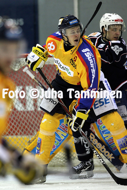 05.01.2011, Lemp??l?..J??kiekon Mestis 2010-11. .Lemp??l?n Kisa - Mikkelin Jukurit..Marlo Koponen (Jukurit) v Juha Suomaa (LeKi)..©Juha Tamminen.