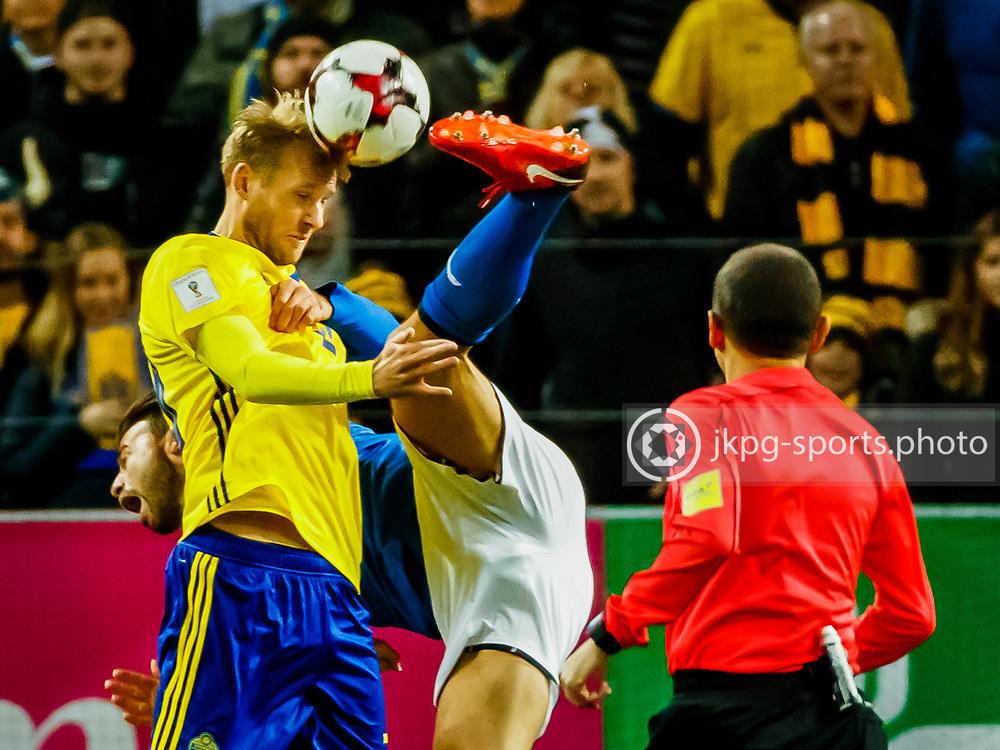 2017-11-10 Fotboll, Play off Sverige - Italien:<br /> (20) Ola Toivonen, (SWE) i en tuff n&auml;rkamp med (15) Andrea Barzagli, (ITA)<br /> Foto: Daniel Malmberg/Jkpg sports photo/Expressen