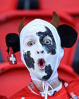 FUSSBALL EURO 2016 GRUPPE A IN PARIS Rumaenien - Schweiz     15.06.2016 Ein Fan der Schweizer Nationalmannschaft hat sich sehr originell hergerichtet