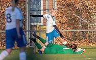 FODBOLD: Rikke T. Bargholz (Ølstykke FC) redder foran Sofie Andersen (Herlufsholm GF) under kampen i Sjællandsserien mellem Ølstykke FC og Herlufsholm GF den 9. april 2019 på Ølstykke Stadion. Foto: Claus Birch